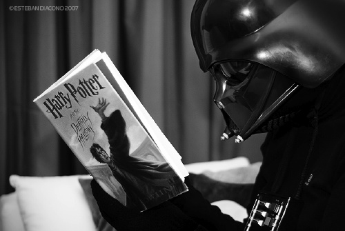 darth-vader-reading-harry-potter-and-the-deathly-hallows1.jpg